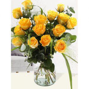 Geel rozenboeket met panicum en eucalyptus